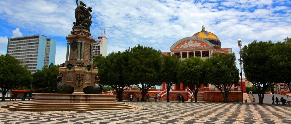 Foto do largo e Teatro Amazonas